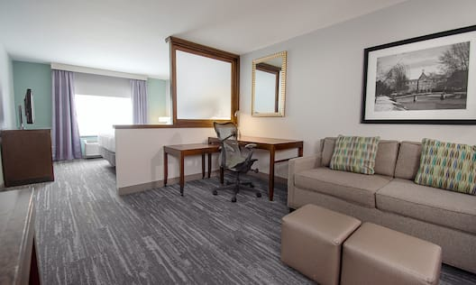Lounge and Desk in Junior Suite