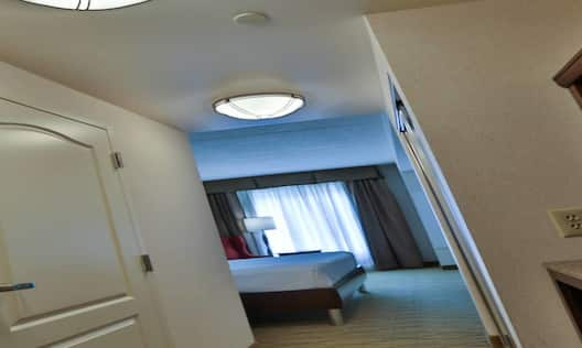 King Bed Hotel Guestroom Suite With Wetbar