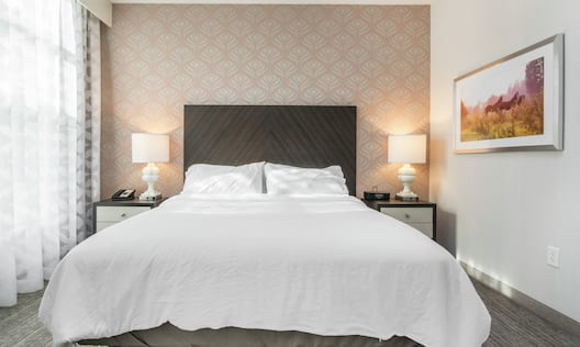 King Suite Bed and Nightstands with Lamps