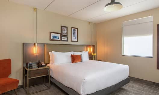 Accessible King Deluxe Suite with Bed
