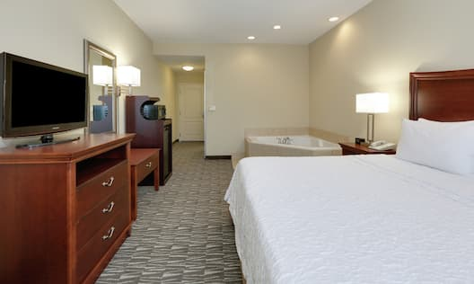 King Whirlpool Studio With Bed