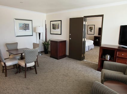 Junior Suite Living Room with TV and Table with 4 Chairs