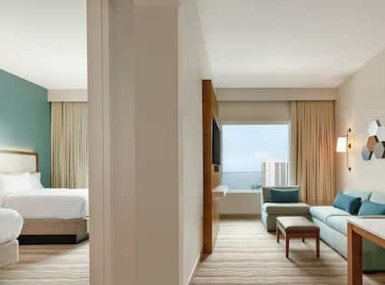 Double Queens Suite With Bay View Guestroom