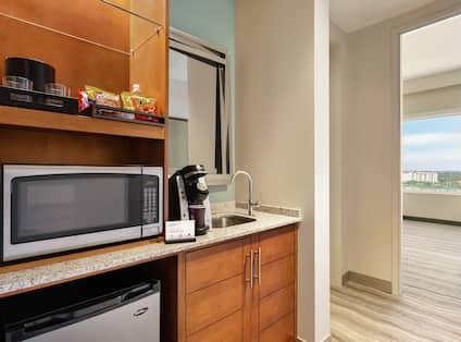 Single King Premium Suite Wet Bar