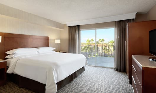 Single King Guestroom Suite Bedroom with Balcony