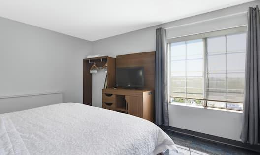 Single King Bedroom in Corner Studio Guestroom Suite