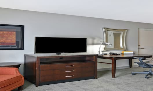 King Accessible Guestroom Lounge Area