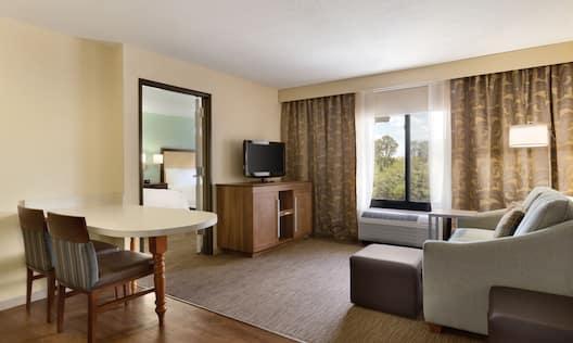 2 Queen Suite Living