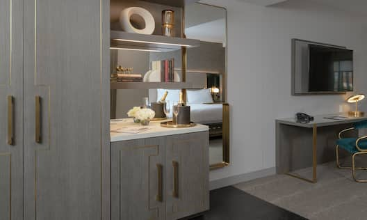 King Deco Suite Amenities with Work Desk and Room Technology
