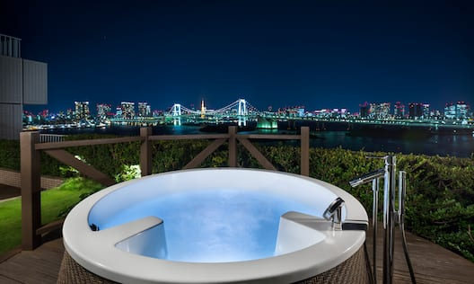 Guest Suite Outdoor Hut Tub Terrace Suite at Night with City Skyline View
