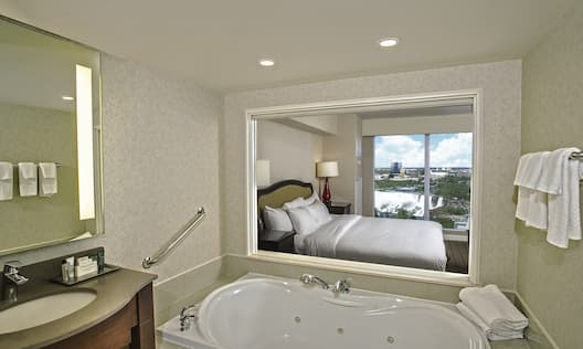 King Room with Whirlpool US Fallsview