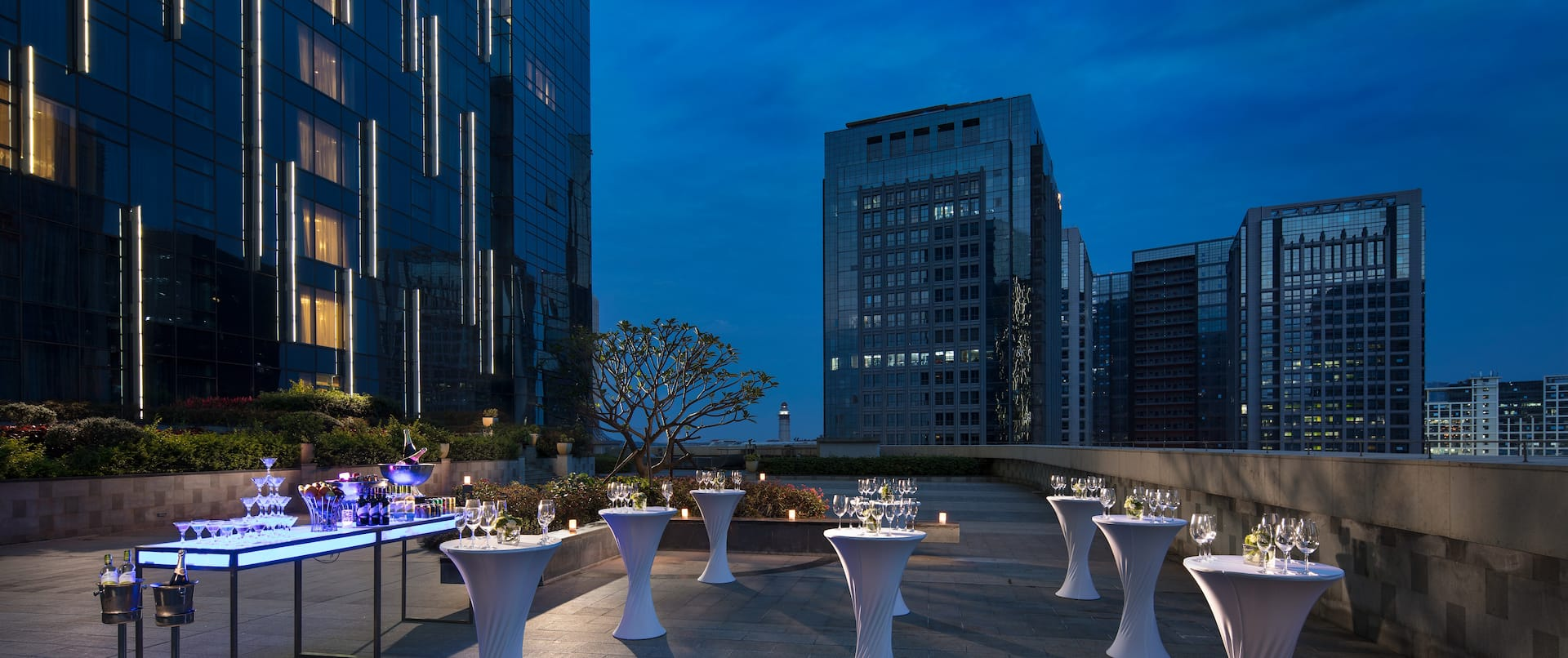 Edge Edge Roof Garden with cocktail standing tables