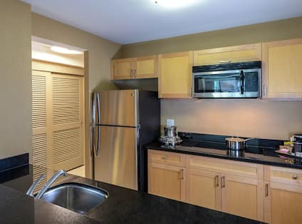 Suite Kitchen with Fridge, Microwave and Sink