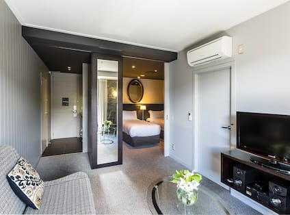 DoubleTree by Hilton Hotel Queenstown, New Zealand - Twin Guest Room Lounge