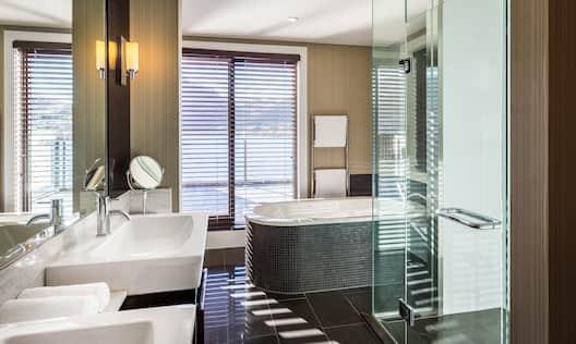 King Lakeview Plus Bathroom