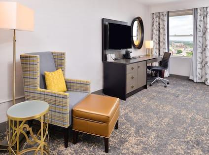 DoubleTree by Hilton Utica - King Guestroom